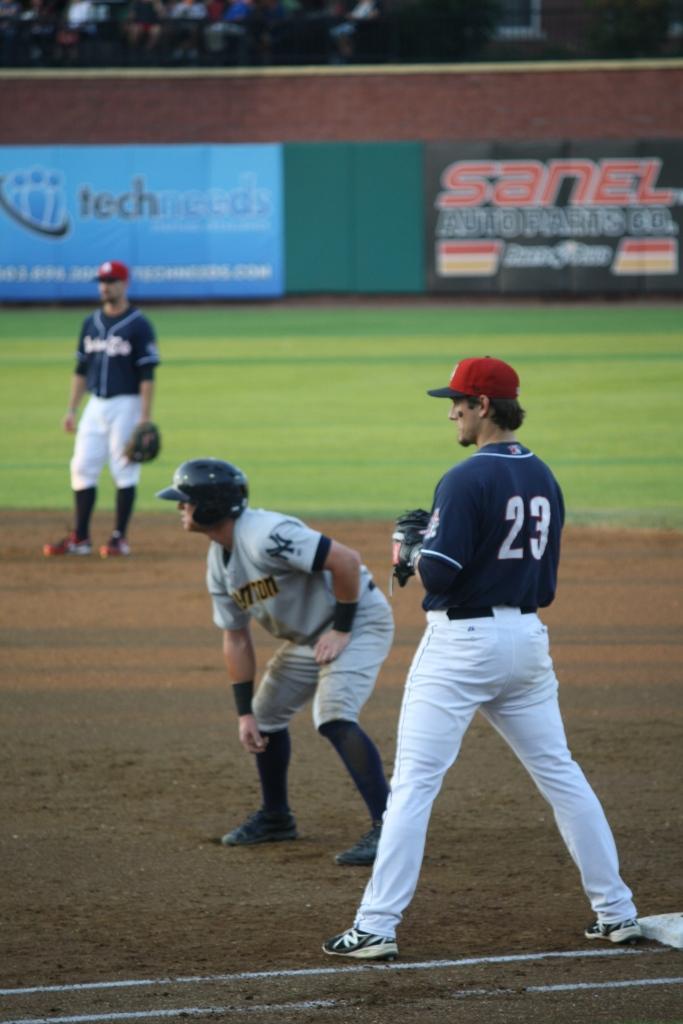 un joueur sur la première base, prêt à continuer à courir...
