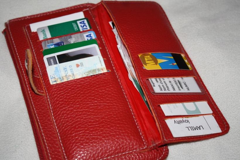 cartes bancaires US et française, mon permis de conduire US, un vieux pass de métro de New York (ça ne se périme pas!), carte de l'ambassade, cartes de fidélité pour une librairie et un café...