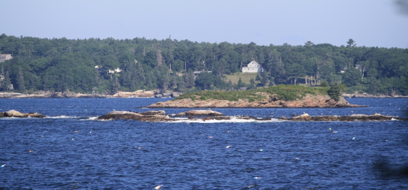 Il y a des petites îles en face de la maison.