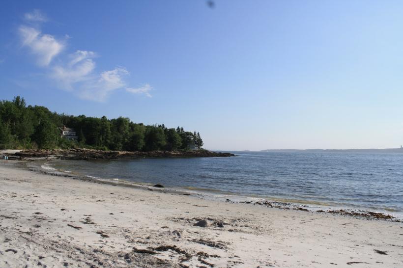 Depuis la plage (la maison est juste derrière les arbres les plus à droite)