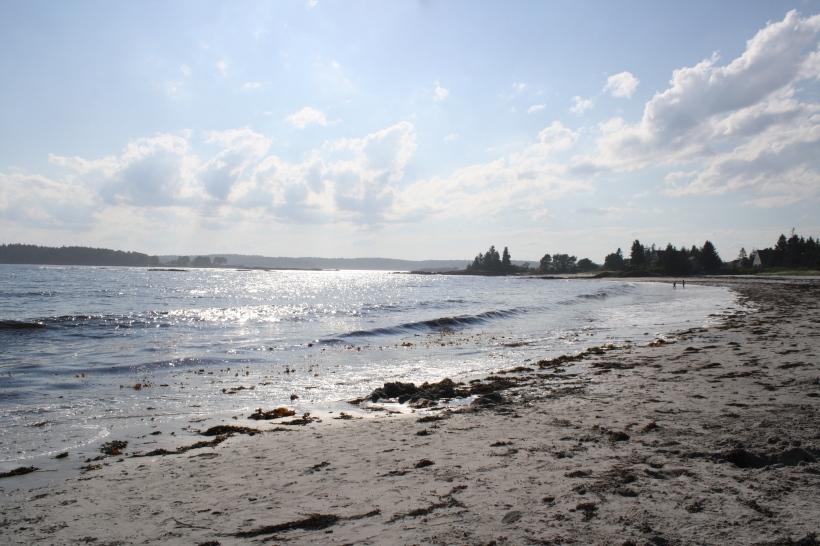 La plage n'est pas grande, surtout à marée haute.