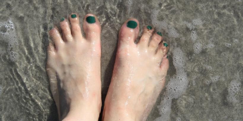 """Mes pieds, avec mon nouveau (et unique) vernis """"Jade is the new black"""" de OPI."""