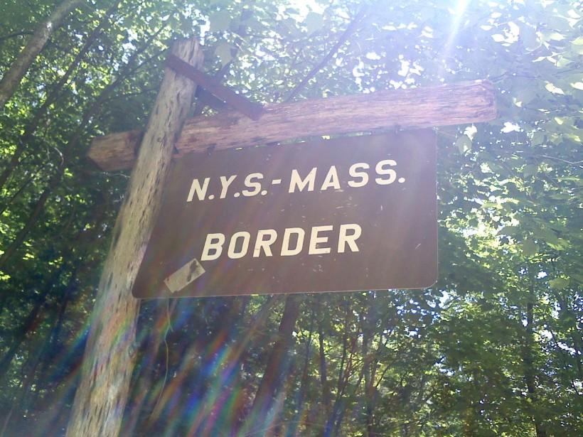 """panneau qui dit """"frontière New York-Massachusetts"""""""