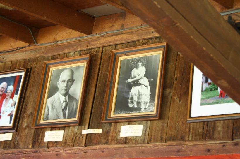 à droite, il s'agit de Polly (Pauline) et son mari à côté d'elle, et sur la photo en couleur à gauche c'est la fille de Polly et son mari à elle, qui sont les propriétaires actuels du restaurant.