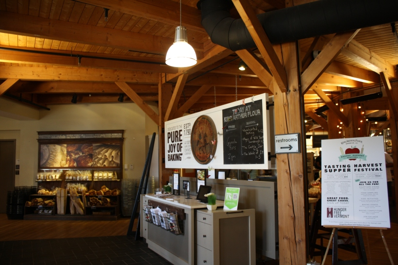 à l'entrée, du pain à acheter, et des prospectus. si on va à droite, c'est le café, si on tourne à gauche, c'est la boutique.