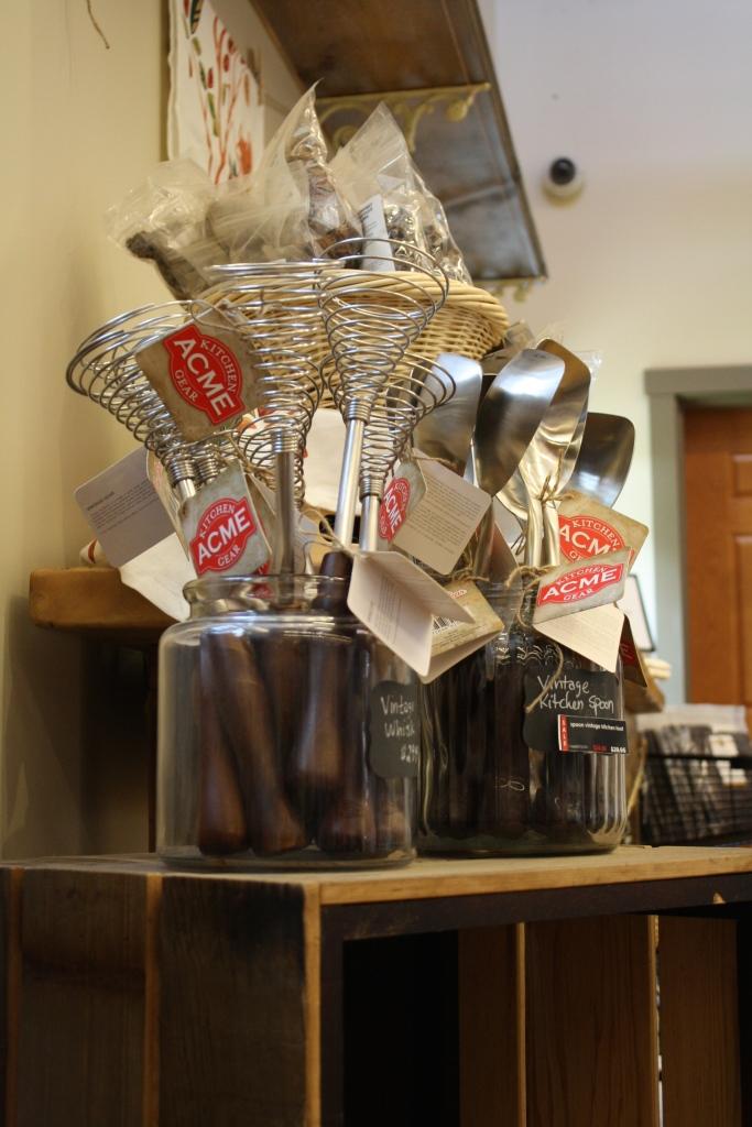 """quelques ustensiles de cuisine """"anciens"""", comme ce fouet vintage qui peut plaire à un fan de pâtisserie..."""