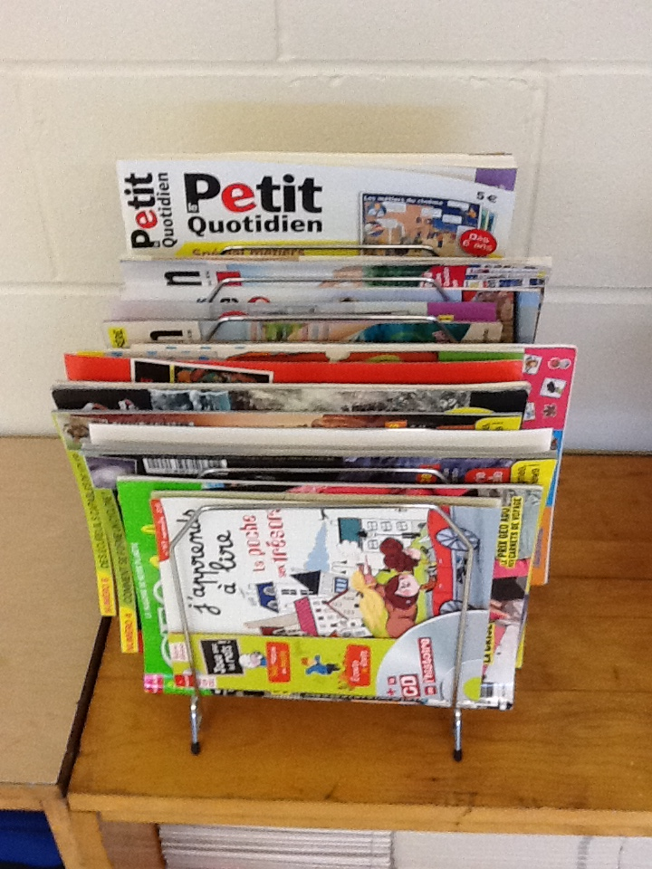 à côté de cette étagère, quelques magazines français que les élèves peuvent lire en classe quand ils ont du temps libre et/ou emprunter. Rien à voir avec ma superbe bibliothèque de classe que j'avais en Afrique, mais bon...